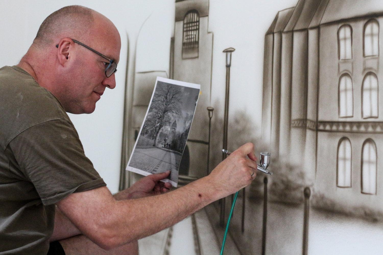 Eine Zeitreise im Treppenhaus – mit Airbrush-Bildern von Peer Elshoff