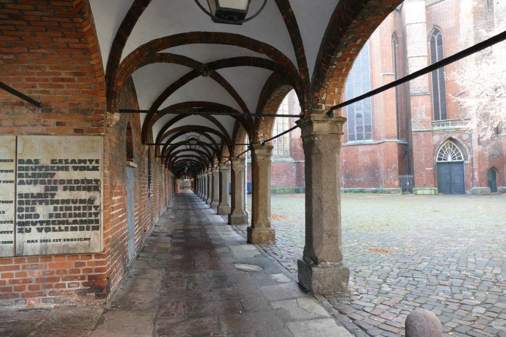 Kirchengang neben St. Marien in Lübeck