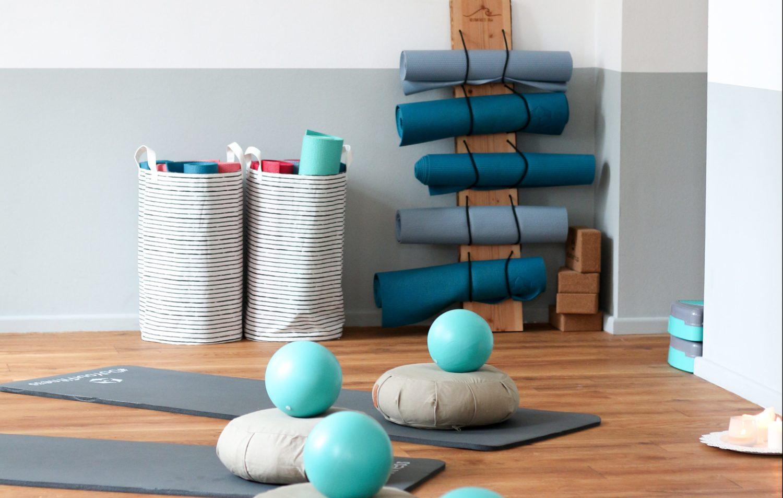 Zwischen Meeting und Mittagspause – 5 Übungen für einen entspannteren Rücken im Büro