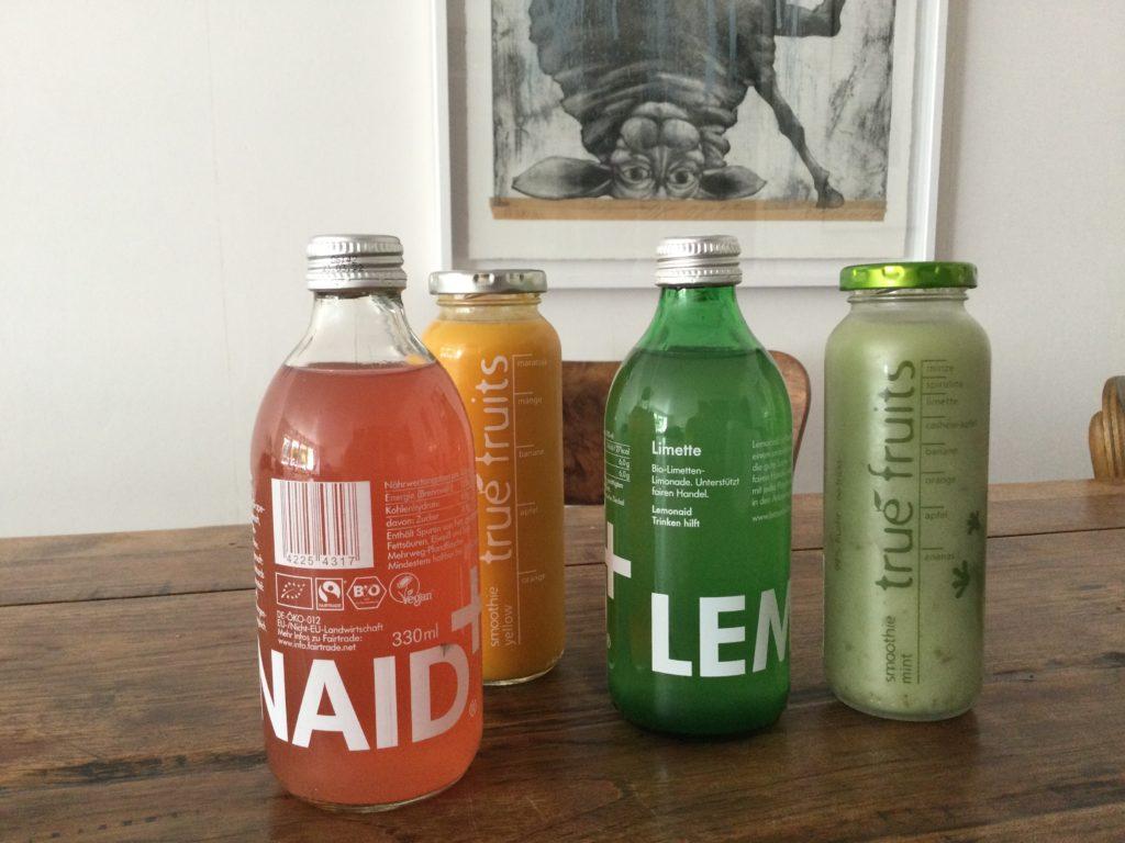 Vier volle Limonadenflaschen